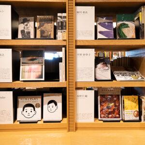 50人の著者別に本が並びます。