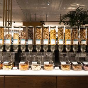 ナッツやチョコレートがずらり。フードは全部で50種類と他店舗より多く準備されています。