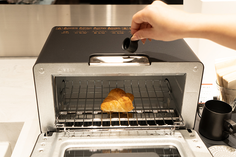 〈バルミューダ〉のトースターでリベイクする体験も。