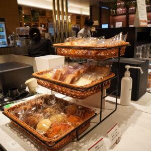 食パンやクロワッサンから、子供たちに人気のメロンパンまで。ミニサイズのものを用意。
