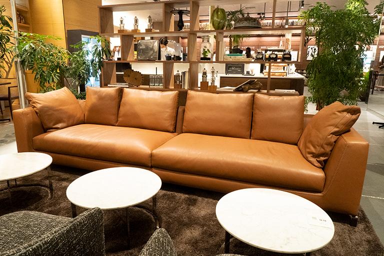 座り心地を実感したい〈B&B Italia〉のソファ。なかなかのお値段なんだとか。
