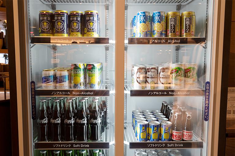 その場で飲むドリンクを冷蔵庫から自由に取り出せるのも贅沢な気分に。
