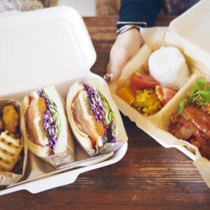左から「ギズモサンド(ポテト付)」、「チキンのトマトソース煮(ライス付)」ともに1,000円(税込)。