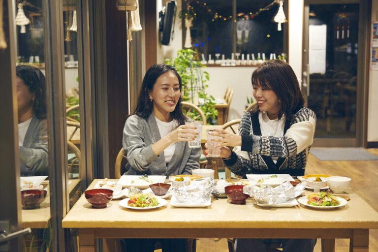 三宅島麦焼酎「雄山」(400円)のソーダ割りで乾杯!「クセがなくて飲みやすい」(土屋さん)。