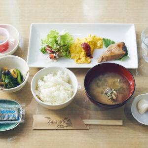 「マグロの照り焼き」や「明日葉の煮浸し」、「カメノテとあさりのみそ汁」は島でとれた食材を使用。