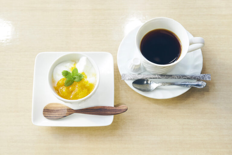 マンゴーのコンポートをかけたヨーグルトとコーヒーは食後に。