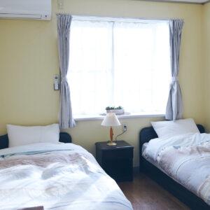2人が宿泊した洋室のツインルーム。日当たりがよく、清潔感あふれるお部屋です。