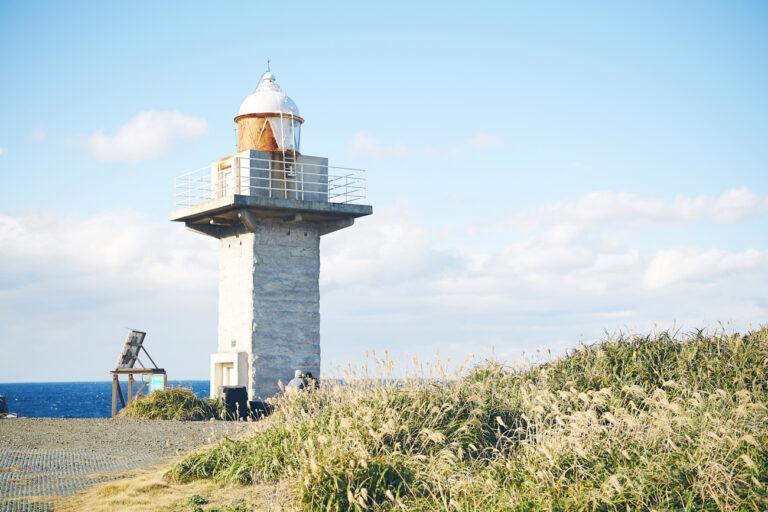 純白のランプ式無人灯台がシンボル。