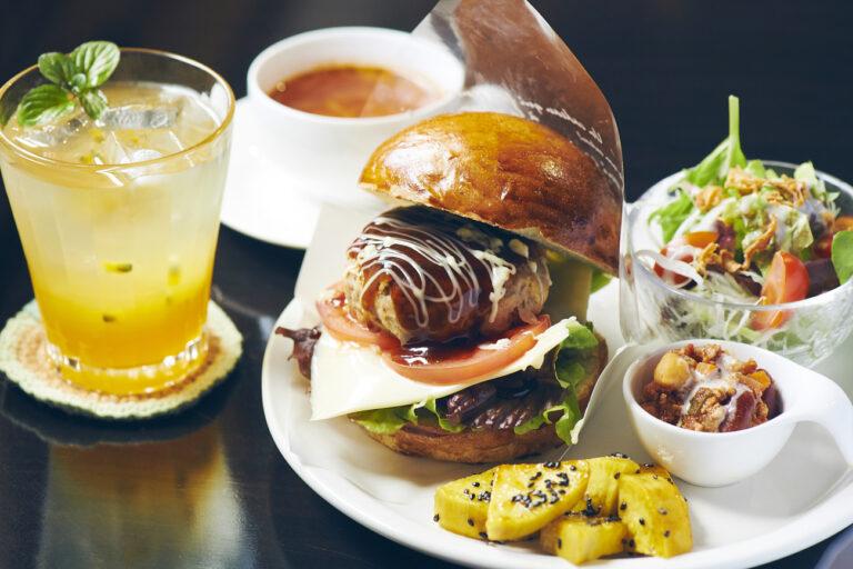 「ランチセット(焼きたてパンのハンバーガー、スープ、パッションフルーツジュース)」1,200円(税込)。