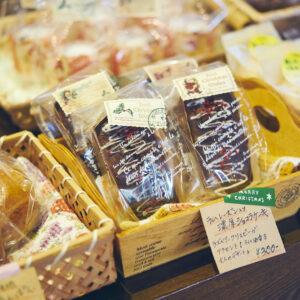 レジ横で販売している、大宜味さんお手製の焼き菓子などもおすすめ。