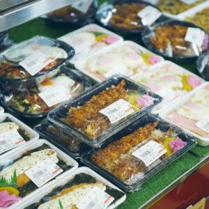 「のり弁当」を始め、色々な弁当があります。