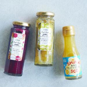 左から「フルーツソース(ドラゴンフルーツ、キウイフルーツ)」1,200円(税込)、「島スコ」600円(税込)。
