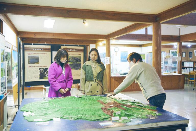 地元の中学生が製作した模型を見ながら、火山噴火の歴史を学びます。