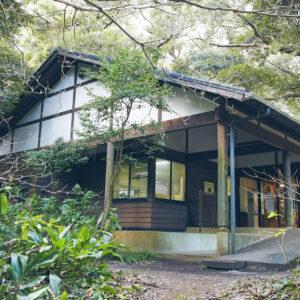 スダジイの森を進むと、アカコッコ館が現れます。