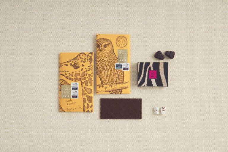 上・ボンボンショコラセサミほうじ茶200円。下・タブレットは「ペルークスコ75%」「ニカラグアチュノ66%」ほか各1,250円(各税込)。シェフがカカオ産地に想いを馳せ描いたパッケージも上記アカデミーで金賞を受賞。