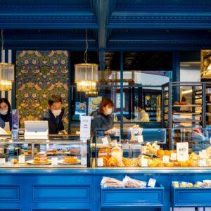 店内風景。右側がパン売り場、左側がケーキやボンボンショコラなどお菓子売り場。