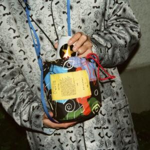 〈TAITAI〉とのトリプルコラボで誕生した「夜ふかしクーラー巾着バッグ」11,000円。保冷機能付きで、350mL缶が3本入るサイズ。