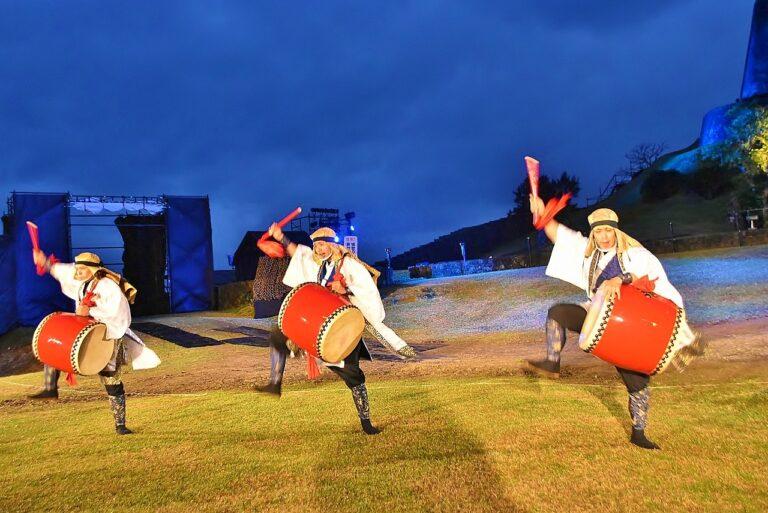 沖縄の伝統楽器「エイサー太鼓」の音が響き渡る。