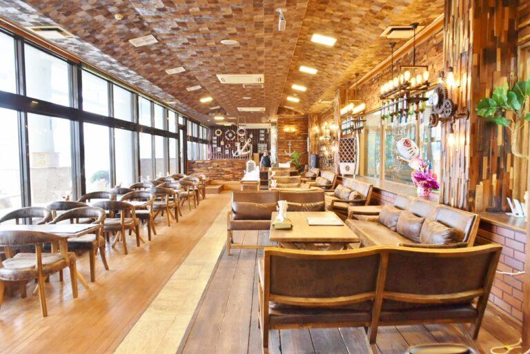 海が一望できるオシャレなレストランも併設。