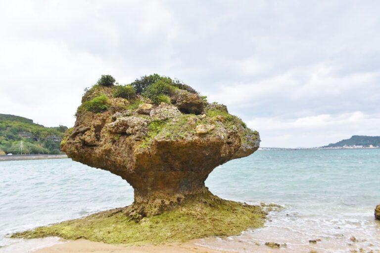 浜比嘉島〈アマミチューの墓〉