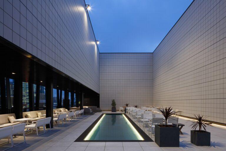 もうひとつの〈ウォーターサイド〉は、プールを配したリゾートホテルのような雰囲気。間接照明が灯る夜はドラマティックなムードが漂い、リラックスして過ごせそう。どちらも本当は秘密にしておきたいくらい素敵な憩いの場です。