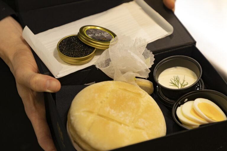 「キャビアサンドイッチ」6,000円(税別)。テイクアウト専用スペシャルボックス入り。