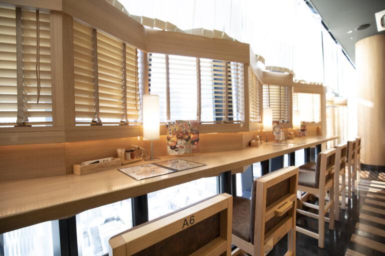 銀座の景色を楽しめるカウンター席のほか、テーブル席も充実。