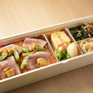 「ひむか宝石箱」3,240円(税別)。尾崎牛のローストビーフ、だし巻き卵、季節の煮物つき。