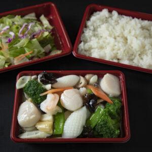 「海鮮八宝菜」1,300円(税込)。11:00〜15:00までの提供。