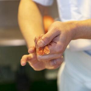 職人がオーダーごとに握り立てを提供してくれる。