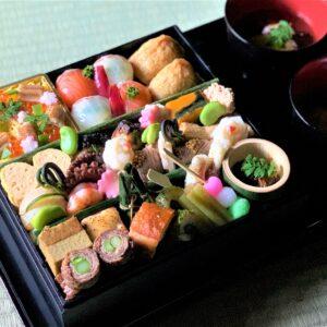 「おうち下鴨茶寮」(2人前)10,000円(税別)。目にも華やかな四季折々の懐石料理30品が楽しめる。