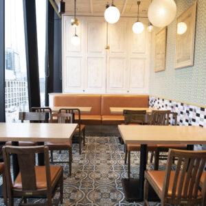 カウンター席やソファ席、テーブル席など、さまざまなシーンに対応。