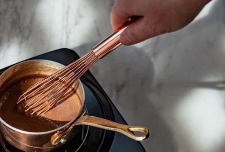ホットチョコレートの作り方は、まず、小鍋に牛乳を入れ、泡立て器で混ぜながら温める。淵がふつふつとなるくまらいまで温めたら、クラムを加え、泡立て器でよくかき混ぜる。