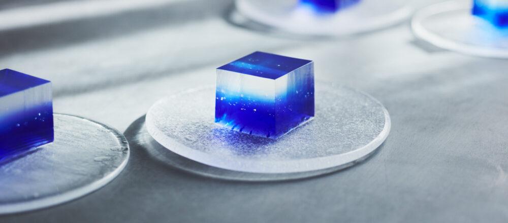 『夜空の先にある宇宙のような、神秘的な錦玉羹です(下井美奈子さん)』、『薄明の空を錦玉に映す、青のグラデーションが見事(chicoさん)』