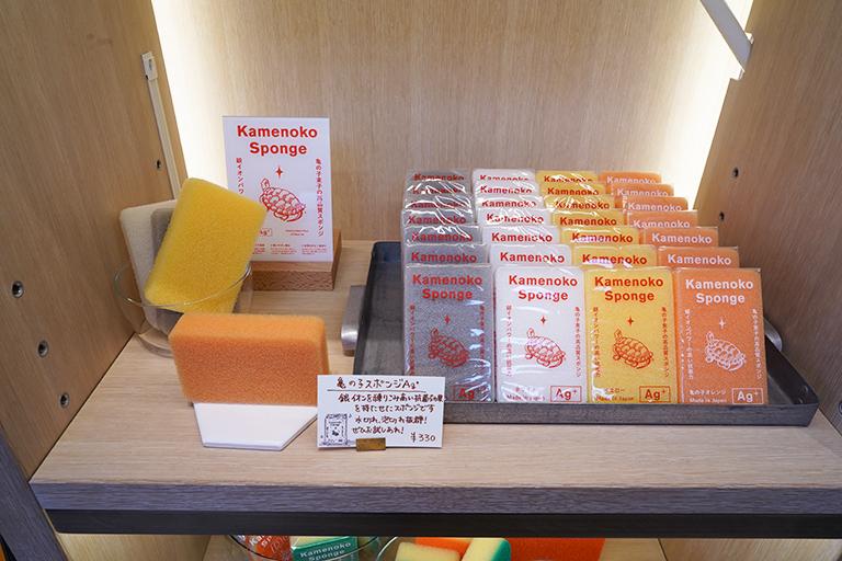 キッチンに馴染むカラーも素敵な「亀の子スポンジ」330円。