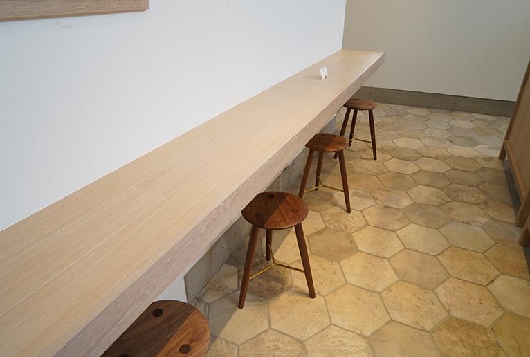 カフェスペースはカウンターの他、テーブル席もあり。床のタイルは亀の甲羅型です。