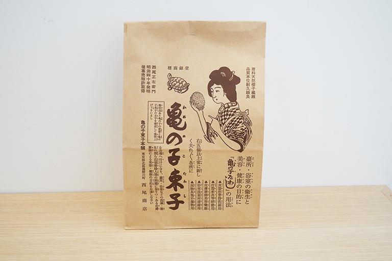 お買い物すると大正時代の広告をアレンジした紙袋に入れてもらえます。