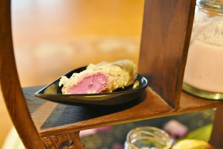 紫芋あん入りライスペーパ巻き揚げ。