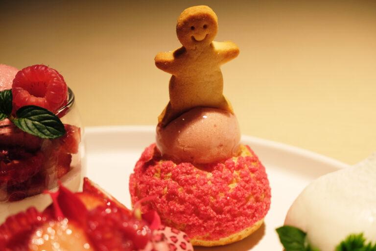 「苺のバランスボールシュークリーム」バランスボールに見立てた苺のムースは、濃厚さもありながら程よい酸味が計算されている。