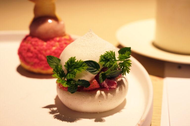 「苺のパブロバ」プロテインを入れて焼き上げたメレンゲに、たっぷりの苺と生クリームが挟まれている。