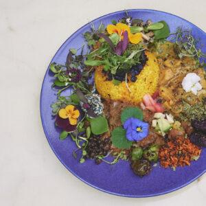 中野〈カレー独歩ちゃん〉でいただく、3種の個性豊かなカレー。自然の恵みがたっぷり!素敵な食体験に心打たれる。