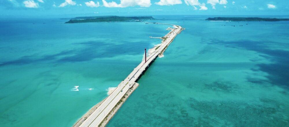 <span>青い海を満喫できる、うるま市のおすすめスポットをご紹介!</span> 【沖縄】世界遺産やご当地グルメも!うるま市の魅力スポット巡り。
