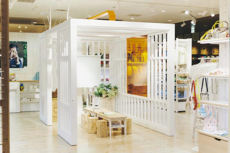 店舗内には、ワークショップなどで使われる虫かご形のスペースが。