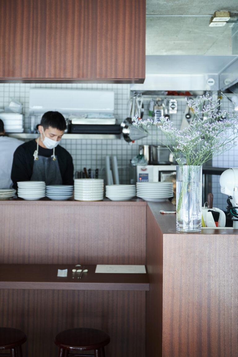 通常時はカフェと酒場のスタイルで営業。