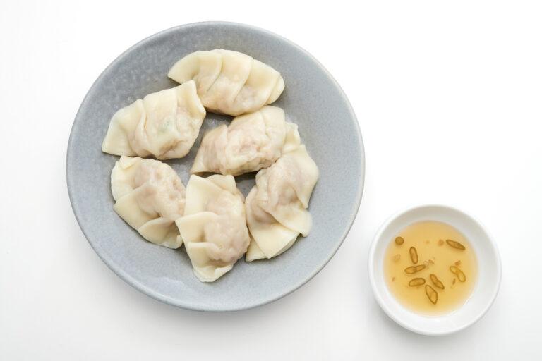 〈邦栄堂製麺〉の皮を使った自家製水餃子850円にはコブミカンの葉を練り込んでエスニックに。