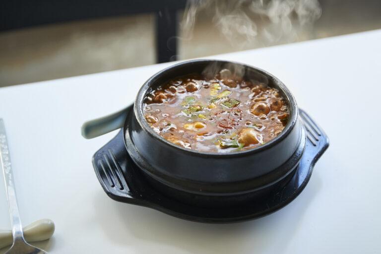 ニラ麻婆豆腐1,500円は焼き豆腐とたっぷりの山椒がポイント。