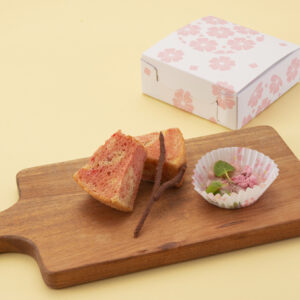 小麦粉不使用、グルテンフリーの玄米ケーキ「さくらシフォンケーキ」500円。