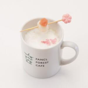 ファンケル商品「カロリミット茶」(粉末タイプ)を使用した和風ミルクティー。「ふわふわカロリミットティー」(さくらバージョン)400円。