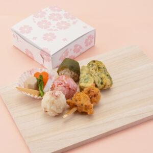 桜の葉や花びらなど、春の食材をふんだんに使った「三食おにぎり弁当 ~花見~」500円。
