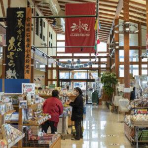 石巻のおいしいものが勢ぞろいしている1階の物販コーナー。